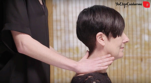 Con un movimiento circular masajea la base de tu cuello para fortalecer su crecimiento