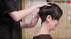 Usa las puntas de tus dedos en forma de peine para masajear tu cabello