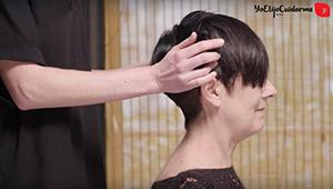 Usa los dedos mano para presionar la piel y el cráneo como masaje del cabello