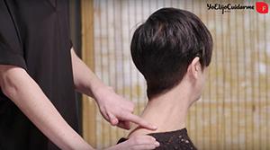 Para acabar el masaje del cabello relaja hombros y cuello