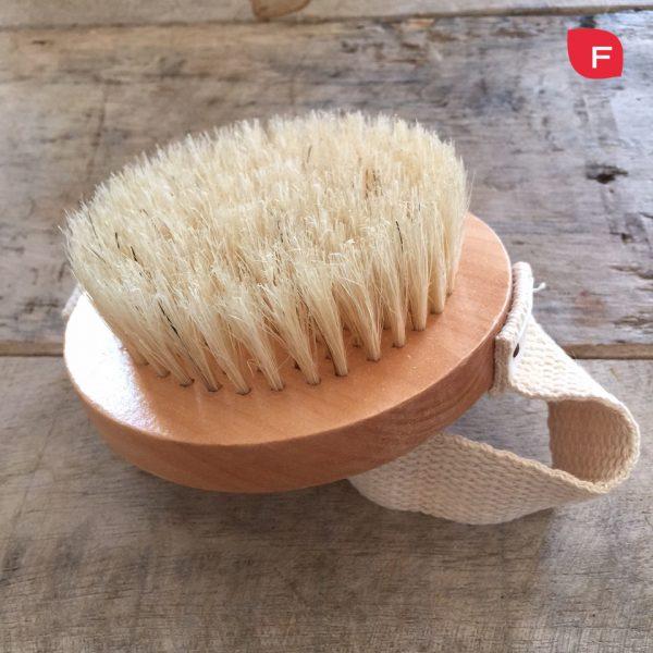 Cepillo para mejorar la hidratación de la piel madura